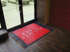 Reinigung und Marketing an der Tür